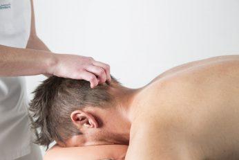 Massatge a l'esquena aplicant la técnica de digitopuntura