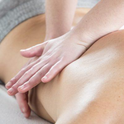 Massatge a l'esquena aplicant les técniques del quiromassatge.