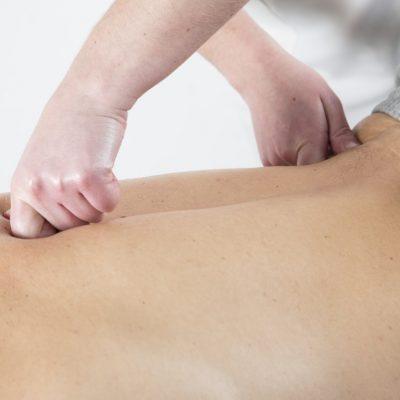 Massatge a l'esquena aplicant les tècniques del quiromassatge.