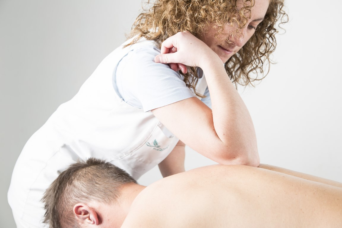 Masaje en la esplanda aplicando la técnica nimmo