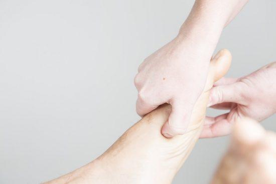 Massatge en el peu aplican la tècnica de reflexologia podal.
