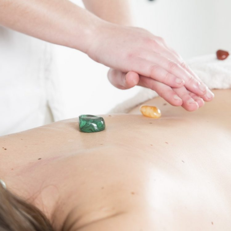 Tratamiento de reiki y gemas