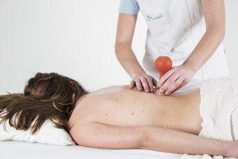 Massatge a l'esquena aplicant la tècnica de la ventosa movil